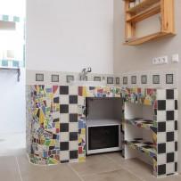 Küchengestaltung mit bunten Bruch-Mosaiken und Musterdruck