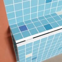 Mosaik an Wand und Küchentisch